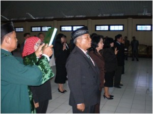 Pejabat Eselon III dan Eselon IV sebelum serah terima jabatan pejabat lama kepada pejabat baru dalam lingkungan Unversitas Palangka Raya, di ambil sumpahnya di aula Rahan, Rabu (17/2).